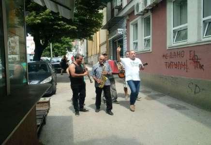 Slavio dolazak Vučića i otvaranje novih radnih mesta u Prokuplju,  pa dobio prekršajnu prijavu od policije